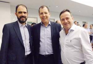 Luis Henrique, ladeado por José Marcos e Hélio Viana