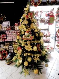 Árvores de Natal com muito brilho e cores
