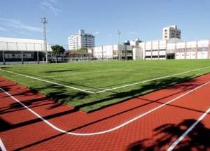 Entre os equipamentos, campo de futebol em grama sintética e pista de atletismo emborrachada