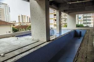 Lazer inclui duas piscinas, uma externa, com solarium, que se integra com a interna