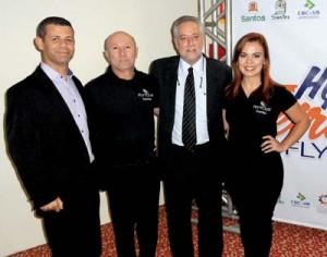 Michael Barkoczy, o presidente da Flytour (de gravata), e equipe