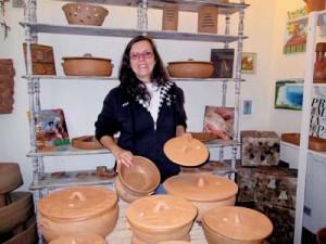 A ceramista Maria Aparecida Ivanov em seu ateliê